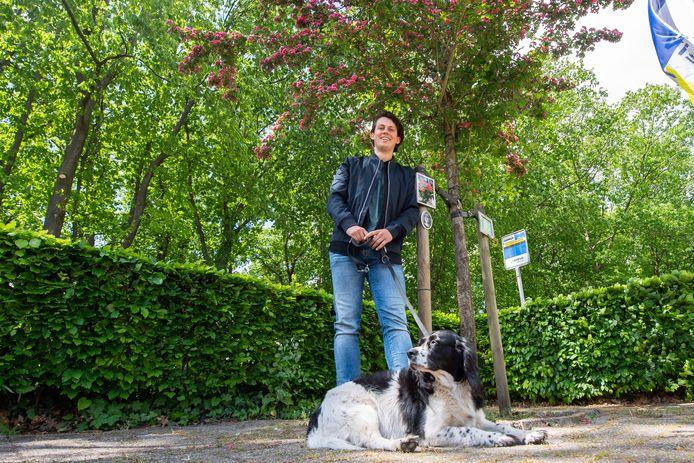 Jan Haverman bij de bloeiende rode meiboom die is geplant ter nagedachtenis aan zijn moeder, Teske van Gils.