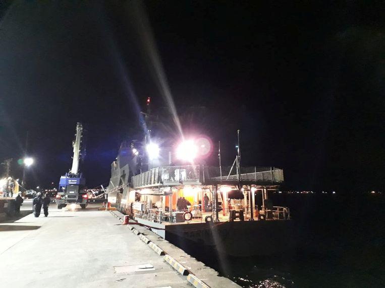 """Marineschip """"Marinero Fuentealba"""" wordt geladen alvorens naar het eiland Guarello te vertrekken."""