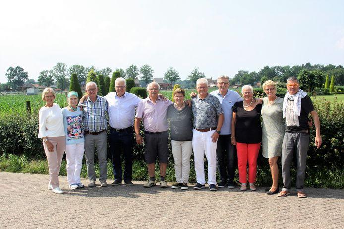 De elf broers en zussen Van Overveld uit Steenbergen, tijdens een eerdere verjaardag.