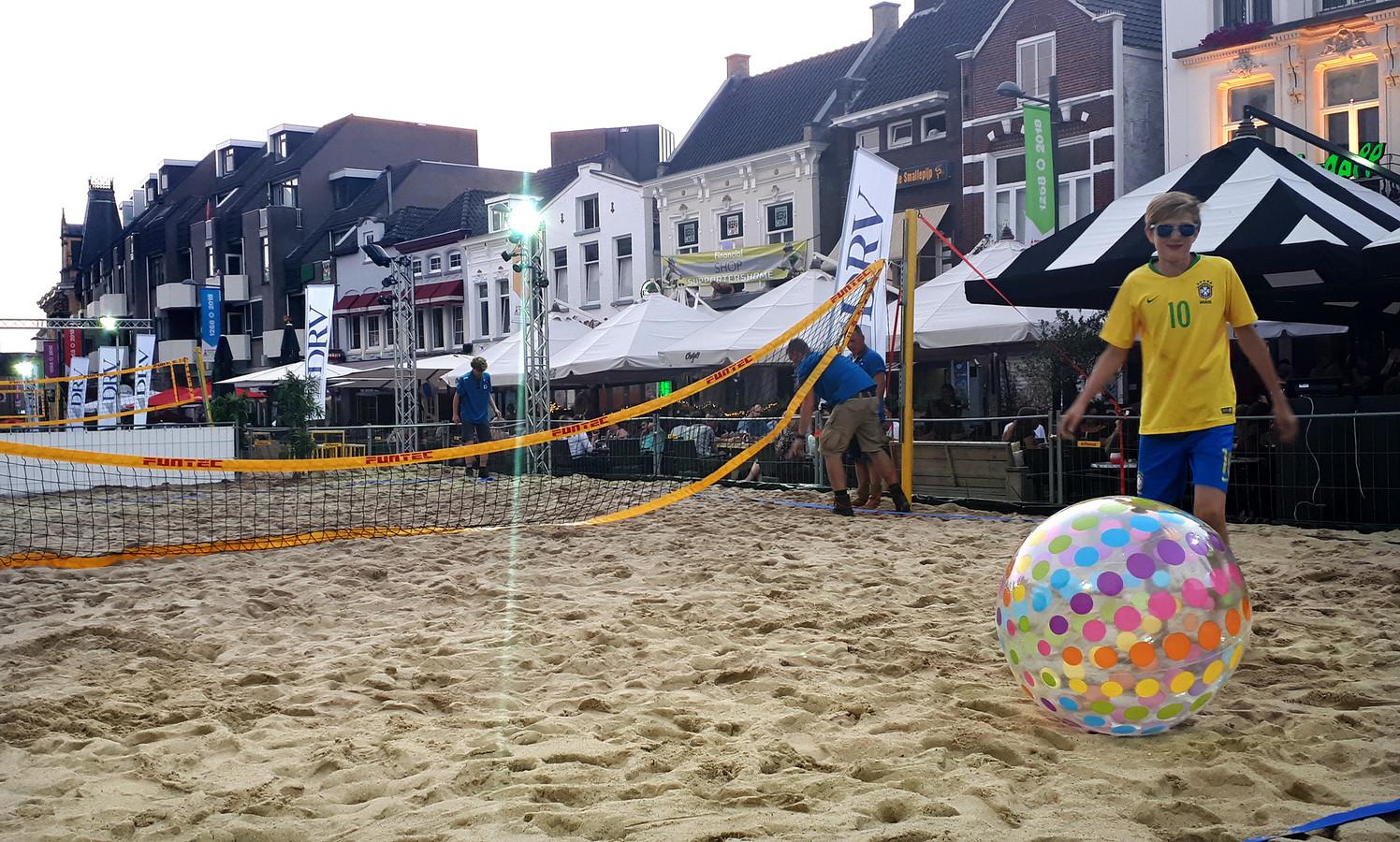 Laatste handelingen aan de volleybal netten worden woensdagavond op de Markt in Roosendaal uitgevoerd. Foto Alfred de Bruin