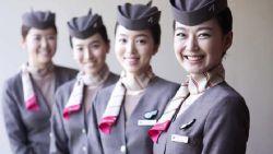 Stewardess morst gloeiend hete noedelsoep op intieme delen: model krijgt 84.000 euro schadevergoeding