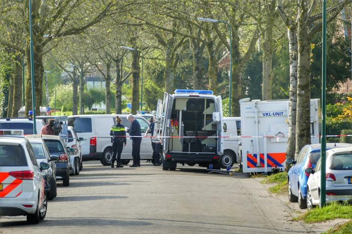 De politie deed dinsdag de hele dag minutieus forensisch onderzoek in de woning.