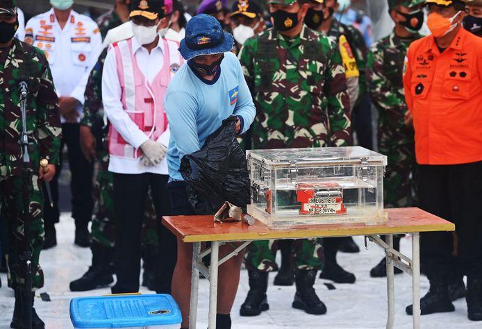 De zwarte doos is inmiddels overgebracht naar de luchthaven van Jakarta voor onderzoek.