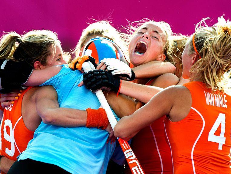 Londen 2012. Maartje Paumen (midden) schreeuwt het uit nadat Nederland zich via shoot-outs tegen Nieuw-Zeeland heeft geplaatst voor de olympisch finale. Beeld Klaas Jan van der Weij