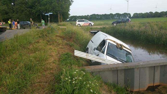 Een auto kwam tot stilstand tegen de sluis.