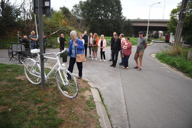 Mariette, de vrouw van Victor (r.), zet een bloemstuk aan de witte fiets.
