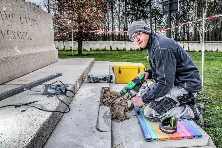 "Jody Lamerand herstelt de Stone of Remembrance op de CWGC Buttes New British Cemetery Polygon Wood in Zonnebeke. ""Er zitten heel wat slechte stukken steen in en die moeten eruit."""