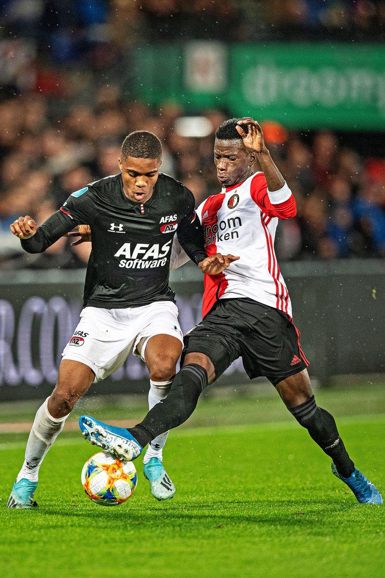 AZ-spits Myron Boadu (links) in duel met Edgar Ie, vorige week tijdens Feyenoord - AZ (0-3). Beeld Guus Dubbelman / de Volkskrant