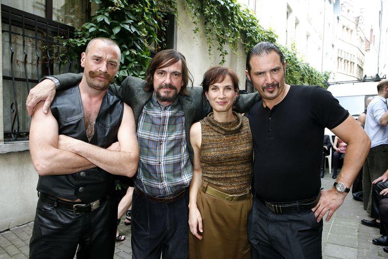 """Tom Waes (links) speelde samen met Veerle Dobbelaere (tweede van rechts) in de film SM-rechter. """"Voor mij blijf je mijn meester"""", zegt ze."""