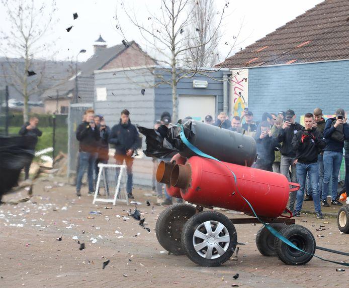 Dit jaar zijn in Twente alleen melkbussen van 30 liter toegestaan voor carbidschieten.