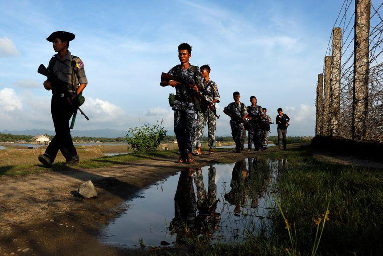 Grenspolitie in Burma loopt langs de grens tussen Burma en Bangladesh. Beeld AP