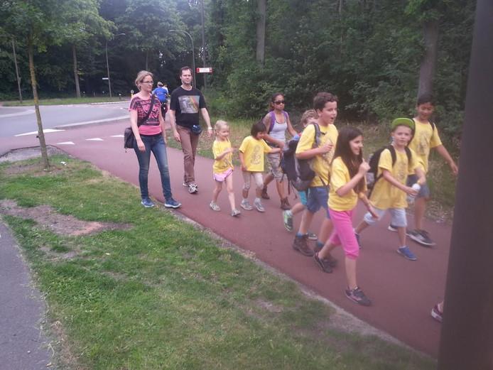 De wandelaars liepen dit jaar ook weer traditiegetrouw door Vught tijdens de avondvierdaagse.