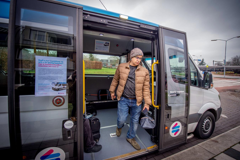 Een buurtbus bij station Wijchen.