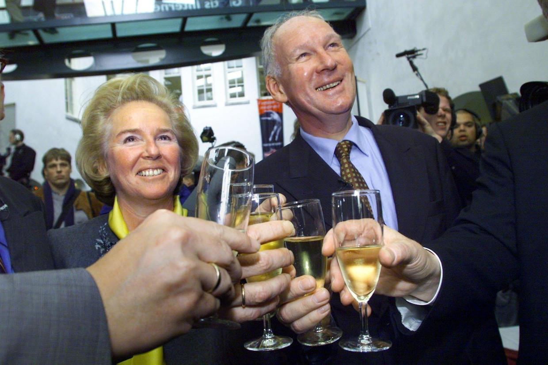 Nina Brink oprichtster van het Internet-bedrijf World Online, proost met een glaasje champagne op de eerste beursnotering van het fonds, op 17 maart 2000. Rechts George Moller, president van de AEX. Beeld ANP