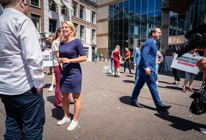 Lilian Marijnissen (SP) en Lodewijk Asscher (PVDA) verenigden de oppositie achter een motie om het salaris van zorgpersoneel structureel te verhogen.