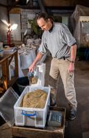 Kweker Peter de Groot van kwekerij Biodivers uit Oudewater is in het Groene Hart de enige die ecologisch verantwoorde zadenmengsels kweekt.
