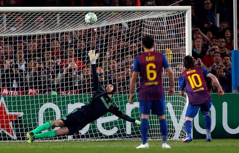Ook vanop de stip lukte het Messi nog niet om te scoren tegen Chelsea.