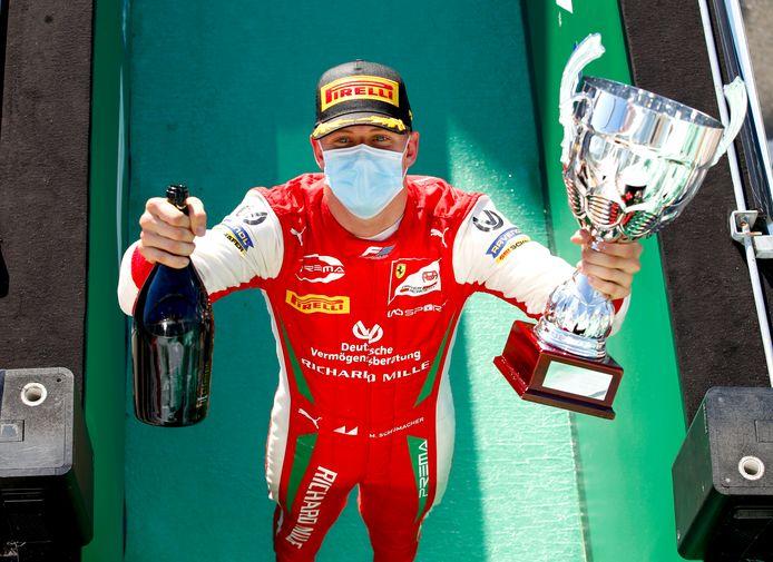 Mick Schumacher na zijn winst dit seizoen in de Formule 2 op Monza.