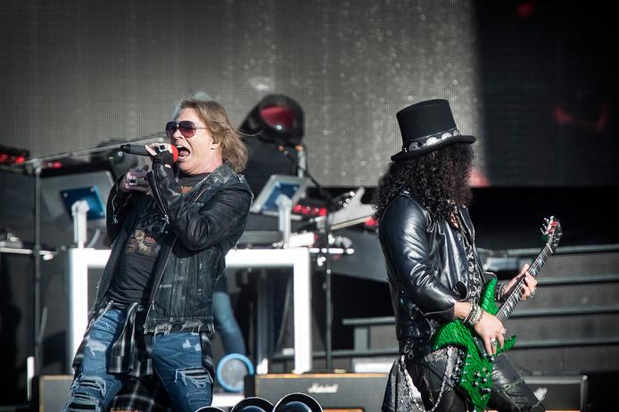 Guns N' Roses op het podium in het Goffertpark.