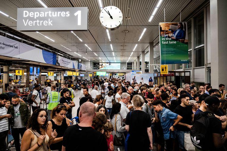 Archieffoto van 24 juli. Drukte in de vertrekhal van luchthaven Schiphol.