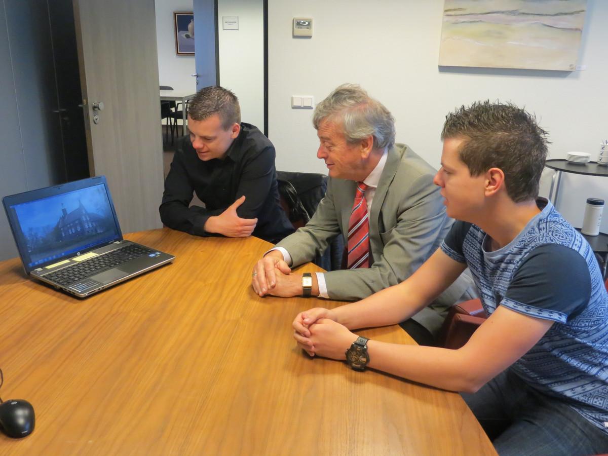 Vol belangstelling keek burgemeester Fons Naterop naar de nieuwe video over de gemeente Aalburg. De gemeente maakte toen een filmpje laten die een impressie moest geven van het gebied.