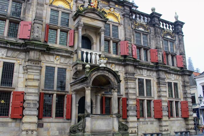 Het balkonnetje van het Delftse stadhuis.