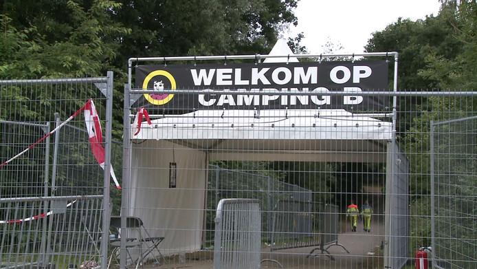 Een gesloten ingang van Camping B aan de Mensheggerweg in Landgraaf.