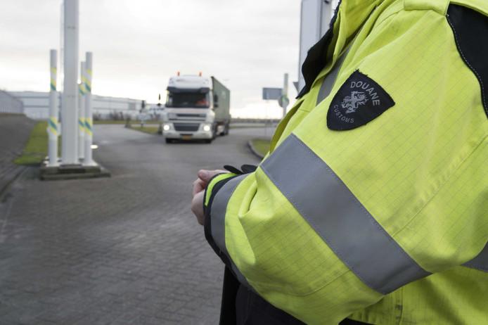 De gemeente Rotterdam, politie, het Openbaar Ministerie (OM) en havenbedrijven begonnen in 2016 een campagne om mensen die in de haven komen, weerbaarder te maken tegen allerlei vormen van criminaliteit. Ondanks dat blijkt dat douaniers zich nog steeds laten omkopen om drugs door te laten.