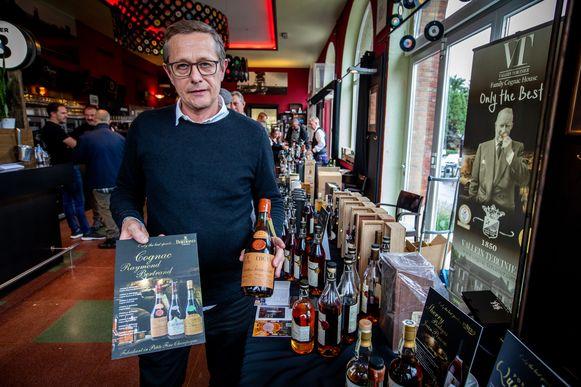Daniel met de oude fles cognac.
