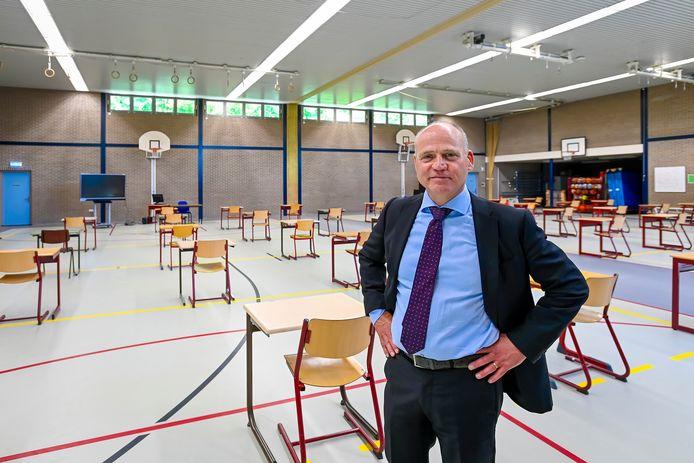 Leon de Rond, rector van 't Rijks, in de gymzaal waar zo'n 28 leerlingen tegelijk les kunnen krijgen.