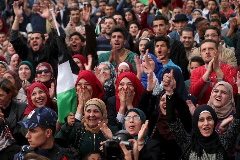 De Palestijnen die aanwezig waren om Al-Hroub tot winnares uitgeroepen te zien worden reageerden verblijd. Beeld reuters