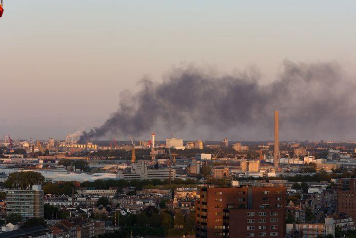 De rook is in de wijde omtrek van Vlaardingen te zien.