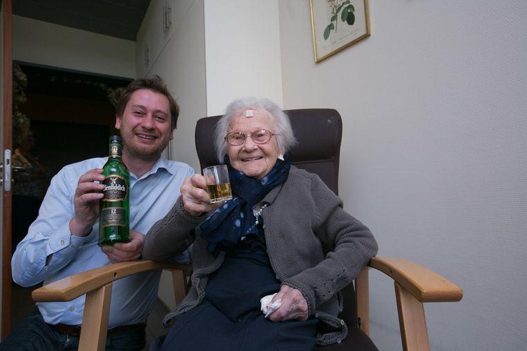 Anna Maria geniet van een flinke borrel in het bijzijn van OCMW-voorzitter Joris Billen.