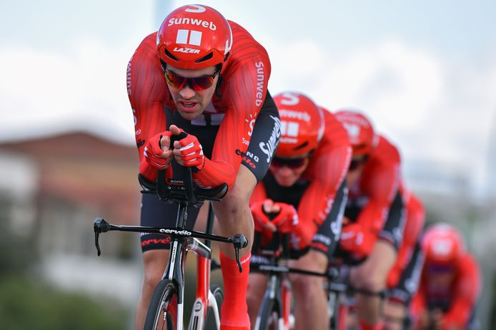 Dumoulin gaat zijn ploeggenoten voor in de ploegentijdrit van de Tirreno-Adriatico.