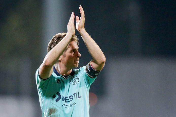 Jordens Peters bedankt in Luxemburg de meegereisde fans van Willem II.