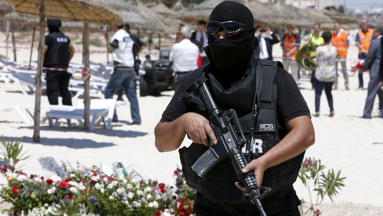 Een zwaarbewapende agent op het strand van Sousse, kort na de aanslag.