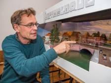 Arjan bouwde een schaalmodel van de Tolsteegbrug en het Ledig Erf, mét de tram die daar vroeger reed