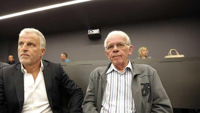 De vader van Marianne Vaatstra (R) en Peter R. de Vries voor aanvang van de persconferentie van het Openbaar Ministerie over de resultaten van het DNA-verwantschapsonderzoek in de zaak Vaatstra. Beeld anp