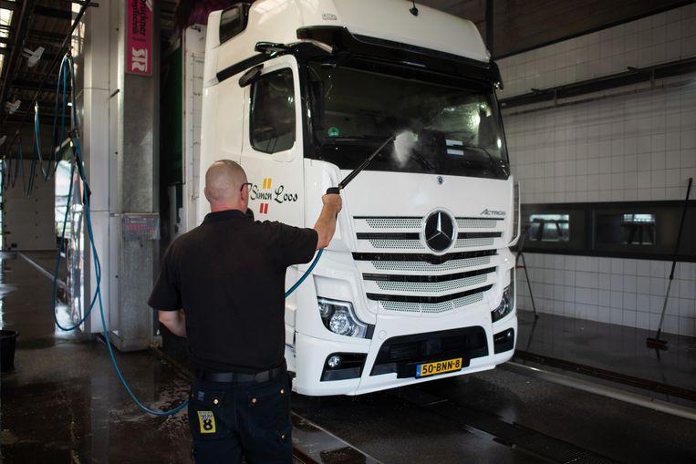 Een vrachtwagenchauffeur pauzeert bij Truckstop 8 in Acht. Beeld Sabine van Wechem