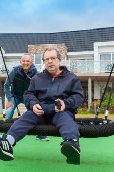 Chris (61) is dikke maatjes met verstandelijk beperkte René (49): 'Hem gelukkig maken is mijn missie'