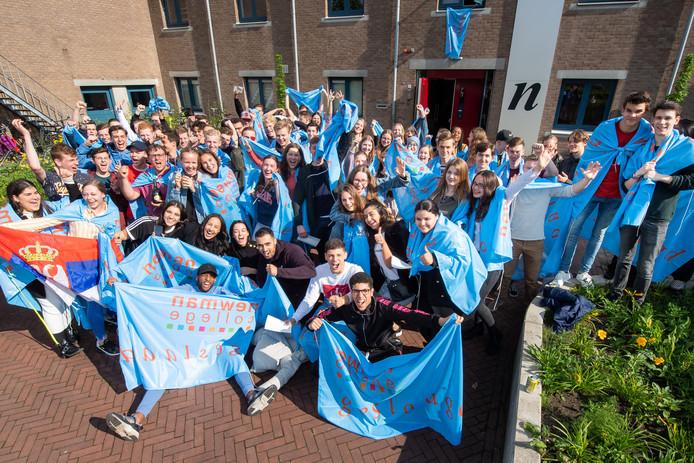 Juichende geslaagden voor het Newman College in Breda.