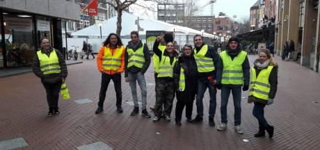 'Gele Hesjes' blokkeren zebrapad voor station Eindhoven tijdens demonstratie