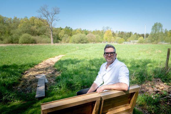 Jan De Coster in zijn tuin waarachter het zwembad van Plopsaqua zou komen.