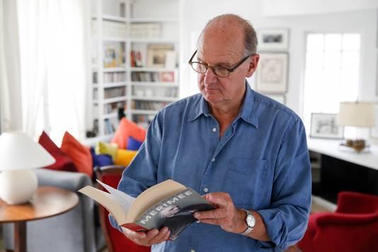Philip Freriks in zijn woning in Parijs