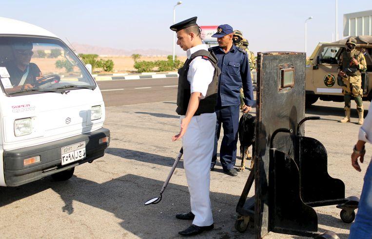 Veiligheidspersoneel controleert een voertuig aan de luchthaven van Sharm-el-Sheik.