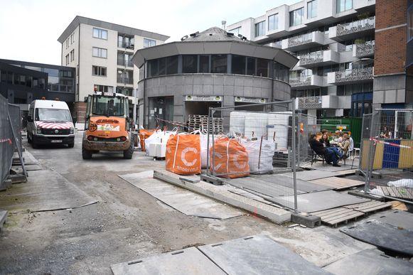 De werkzaamheden op het Alfons Smetsplein hebben vertraging en dat is niet naar de zin van de buurtbewoners en de handelaars.