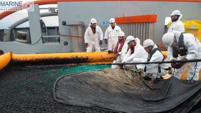 Franse en Spaanse schepen proberen olievlekken in Golf van Biskaje in te dammen