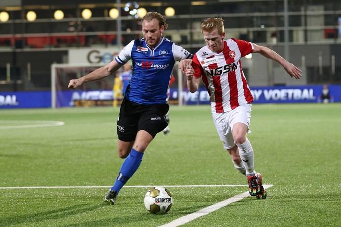 Niek Vossebelt (links) hier in duel met Richard van der Venne van FC Oss, ontbreekt vrijdagavond nog bij FC Den Bosch.