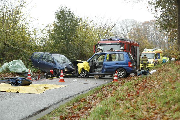 De auto's raakten zwaar beschadigd bij het ongeluk op de Zuthemerweg.