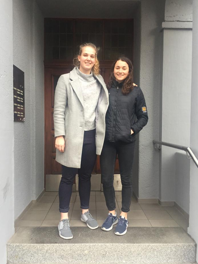 Marleen Peek (links) met kamergenote Tessa Stammberger uit Canada. De twee basketballen bij TK Hannover in de Duitse Bundeliga.
